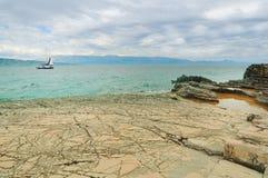 Segelboot, das im Meer, Sommerzeit, Reisefoto kreuzt Lizenzfreies Stockbild