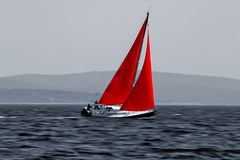 Segelboot, das sich schnell bewegt Lizenzfreie Stockbilder