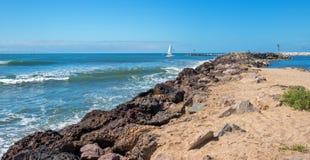 Segelboot, das in Ventura Harbor in Ventura California USA einsteigt lizenzfreie stockfotos