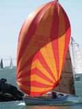 Segelboot, das vor dem Wind läuft Stockfoto