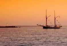 Segelboot, das zu den Docks zurückgeht Stockbilder