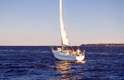 Segelboot, das zum Meer vorangeht Lizenzfreie Stockbilder