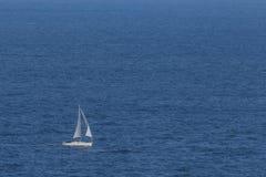 Segelboot in dem Meer Lizenzfreie Stockfotografie
