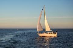 Segelboot in den offenen Wassern Stockfoto