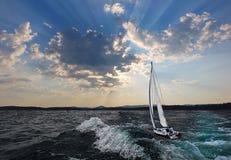 Segelboot in den Wolken Stockfoto