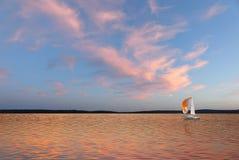Segelboot in den Wolken Lizenzfreie Stockfotografie
