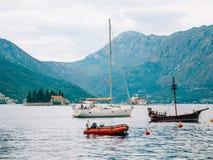 Segelboot in der alten Stadt von Perast in der Bucht von Kotor, Monteneg Lizenzfreie Stockbilder