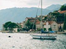 Segelboot in der alten Stadt von Perast in der Bucht von Kotor, Monteneg Lizenzfreies Stockbild