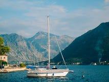 Segelboot in der alten Stadt von Perast in der Bucht von Kotor, Monteneg Stockfoto
