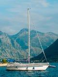 Segelboot in der alten Stadt von Perast in der Bucht von Kotor, Monteneg Stockfotografie