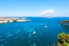 Segelboot in der Bucht des blauen Wassers lizenzfreie stockfotografie