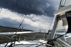 Segelboot in der hohen See auf einem Sturm Stockfoto