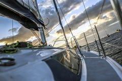 Segelboot in der hohen See bei Sonnenuntergang Stockbilder