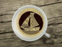 Segelboot in der Kaffeetasse Stockbild