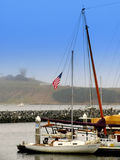 Segelboot am Dock Stockbilder