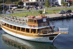 Segelboot in einem griechischen Hafen stockfoto