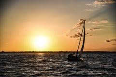 Segelboot in einer Bucht bei Sonnenuntergang Zalew-szczecinski, Polen Stockfotografie