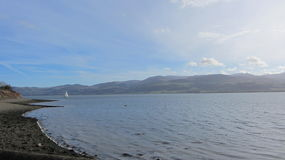 Segelboot entlang der Küste von Wales Lizenzfreie Stockfotos