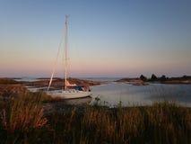 Segelboot festgemacht in kleiner Felseninsel Stockfotos