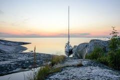 Segelboot festgemachte lange Seite eine kleine Felseninsel Stockfotografie