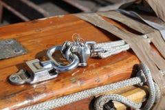 Segelboot-Gang aAt Hafen Lizenzfreie Stockfotos