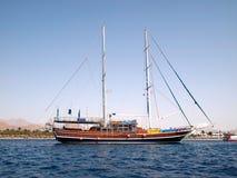 Segelboot gegen ägyptischen Schuh Lizenzfreie Stockfotografie