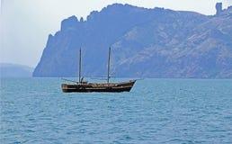 Segelboot gegen einen Hintergrund der Berge Lizenzfreies Stockbild