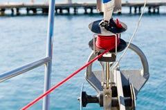 Segelboot Genua, das System zusammenrollt stockfoto