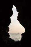 Segelboot gesehen von einer dunklen Höhle Lizenzfreie Stockfotos