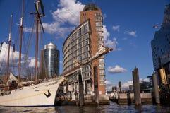 Segelboot in Hafencity, Hamburg stockfotos