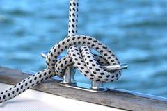 Segelboot-Handkurbel- und Seil-Yachtdetail stockbild