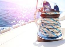 Segelboot-Handkurbel- und Seil-Yachtdetail lizenzfreies stockbild