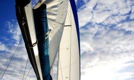 Segelboot-Hochkonjunktur u. Segel lizenzfreie stockbilder
