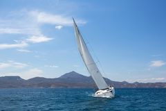 Segelboot im Ägäischen Meer stockfoto