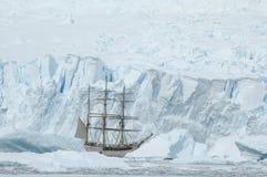Segelboot im Eis lizenzfreie stockfotos