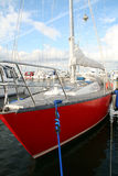 Segelboot im Hafen Stockfotos