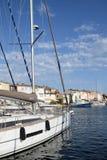 Segelboot im Hafen Lizenzfreie Stockfotografie