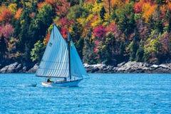 Segelboot im Herbst in Küsten-Maine, Neu-England Lizenzfreie Stockfotografie