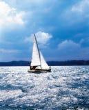 Segelboot im Meer stockfoto