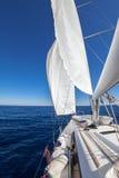 Segelboot im Meer Stockfotografie