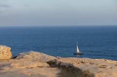 Segelboot im Meer Stockbild