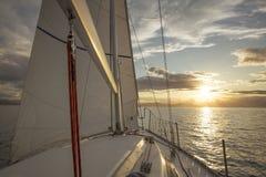 Segelboot im Meer bei Sonnenuntergang lizenzfreies stockfoto