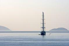 Segelboot im Meer an der Dämmerung Lizenzfreies Stockfoto