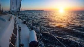 Segelboot im Meer während eines schönen Sonnenuntergangs nave Lizenzfreie Stockfotos