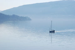 Segelboot im Nebel. Lizenzfreies Stockbild
