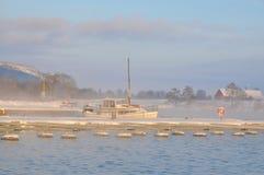 Segelboot im nebeligen Winter stockbilder