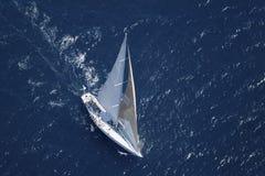 Segelboot im ruhigen blauen Ozean Stockbild