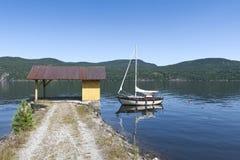Segelboot im See Lizenzfreie Stockfotos