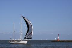 Segelboot im Sommer Lizenzfreies Stockfoto