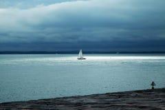 Segelboot im Sonnenlicht lizenzfreie stockfotografie